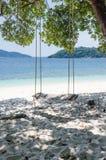 Schwingen neben dem Strand Stockbild