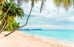 Schwingen Sie auf tropischem Strand durch Koh Kood-Insel - Thailand lizenzfreie stockbilder