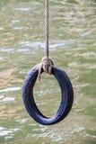 Schwingen Sie das, das vom Reifen gemacht wird, der mit Seil gebunden wird Lizenzfreie Stockfotos