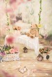 Schwingen Sie mit Blumen und Teddybären im Studio Stockfotos