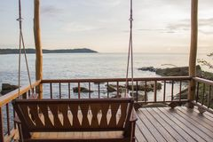 Schwingen Sie Stuhl auf Strand, Hintergrund mit Sonnenuntergang Lizenzfreie Stockbilder