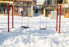 Schwingen Sie unter dem Schnee im Central Park der alten Stadt von Pomorie, Bulgarien, Winter Stockbild