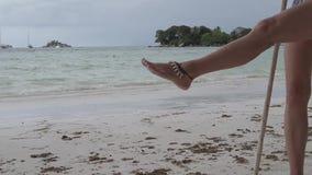 Schwingen am tropischen Strand stock video