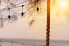 Schwingenseil mit Sonnenuntergang auf dem Strand lizenzfreie stockbilder