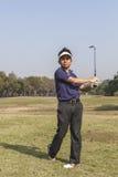 Schwinggolfball des männlichen Golfspielers Lizenzfreie Stockbilder