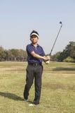 Schwinggolfball des männlichen Golfspielers Stockfotos