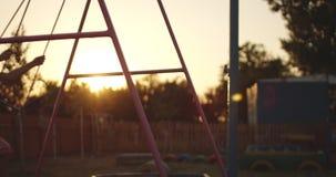Schwingmädchen im Spielplatz stock video footage