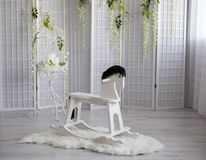 Schwingspielzeugpferd im Reinraum mit weißer Wand stockbild