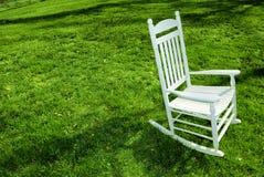 Schwingstuhl auf dem Rasen Stockfotografie