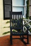 Schwingstuhl und Fenster Lizenzfreies Stockfoto