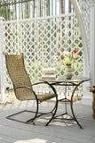 Schwingstuhl und wenig Tabelle Stockbild