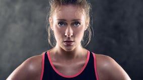 Schwitzen des athletische blonde Frauen-tragenden Trägershirts Stockbilder