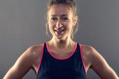 Schwitzen des athletische blonde Frauen-tragenden Trägershirts Lizenzfreies Stockfoto