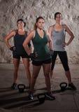 Schwitzend beenden Damen ihr Matte-Lager-Training Lizenzfreies Stockfoto