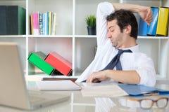 Schwitzende und riechende Achselhöhle des Büroangestellten bei der Arbeit lizenzfreie stockfotos