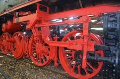 Schwungräder von einer alten Dampflokomotive stockfotos