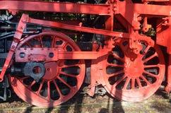 Schwungräder von einer alten Dampflokomotive stockbilder