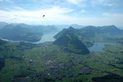 Schwytz stad och 2 sjöar i dalen Arkivbilder