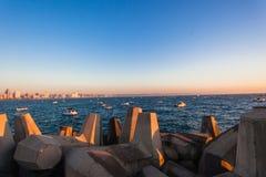Sci-barche Durban Pier Blocks Dozens Sunrise Ocean di pesca fotografie stock