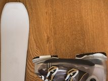 Sci bianco ed il nero Ski Boot su fondo di legno rustico con Copyspace fotografia stock libera da diritti