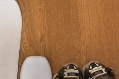 Sci bianco ed il nero Ski Boot sulla Tabella di legno rustica con Copyspa fotografie stock libere da diritti