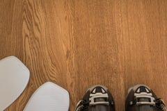Sci bianco ed il nero Ski Boot sulla Tabella di legno rustica con Copyspa immagine stock libera da diritti