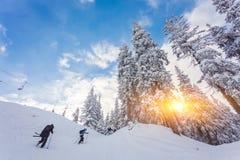 Sci del gioco della gente nella località di soggiorno nell'inverno Fotografie Stock Libere da Diritti