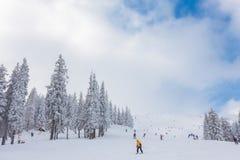 Sci del gioco della gente nella località di soggiorno nell'inverno Fotografie Stock