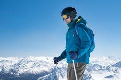 Sci dell'alpinista sulla montagna Fotografia Stock