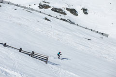 Sci dello sciatore sulla neve fresca della polvere Fotografia Stock Libera da Diritti