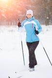 Sci di fondo della giovane donna nel parco di inverno Fotografia Stock
