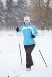 Sci di fondo della giovane donna nel parco di inverno Fotografie Stock Libere da Diritti