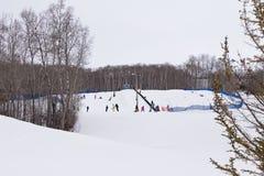 Sci e snowboard della gente Immagini Stock