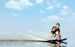 Sci nautici di guida dell'uomo del primo piano sul lago di estate al giorno soleggiato Sport attivo dell'acqua Spazio per testo immagini stock libere da diritti