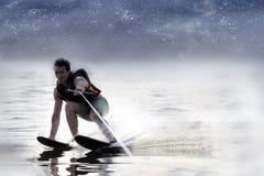 Sci nautici di guida dell'uomo del primo piano sul lago di estate al giorno soleggiato Sport attivo dell'acqua Spazio per testo immagine stock libera da diritti
