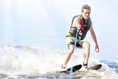 Sci nautici di guida dell'uomo del primo piano sul lago di estate al giorno soleggiato Sport attivo dell'acqua Spazio per testo fotografia stock