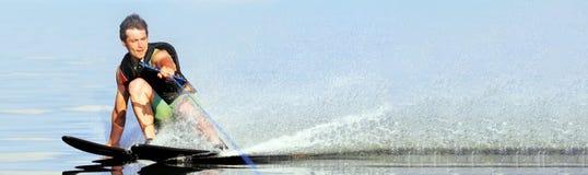 Sci nautici di guida dell'uomo del primo piano sul lago di estate al giorno soleggiato Sport attivo dell'acqua Spazio per testo V immagine stock