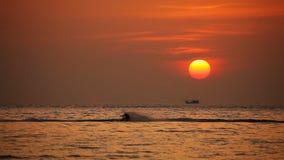 Sci nautico sul tramonto stock footage