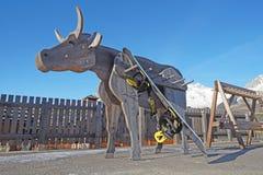 Sci, snowboard e Pali su uno scaffale Immagine Stock