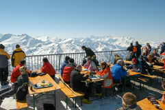 Sci turyści pije i je przy restauracją Obraz Stock