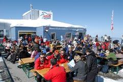 Sci turyści pije i je przy restauracją Fotografia Royalty Free