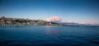SCIACCA ITALIEN - Oktober 18, 2009: panoramautsikt av kustlinje I Royaltyfri Bild
