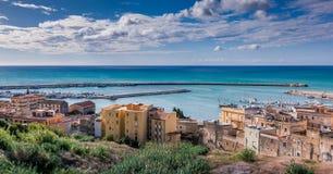 SCIACCA ITALIEN - Oktober 18, 2009: panoramautsikt av kustlinje I Arkivfoto