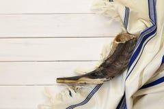 Scialle di preghiera - Tallit e Shofar & x28; horn& x29; simbolo religioso ebreo Fotografia Stock