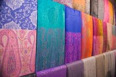 Scialli arabi tradizionali su un mercato arabo immagini stock libere da diritti