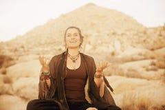 Sciamano allegro Woman Singing del deserto fotografia stock libera da diritti