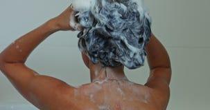 Sciampo per capelli nocivi video d archivio