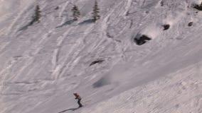 Sciando in discesa in Saalbach-hinterglemm Austria stock footage