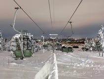Sciando durante la notte in Rovaniemi fotografia stock libera da diritti