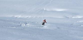 Sciando nella neve della polvere fotografia stock libera da diritti